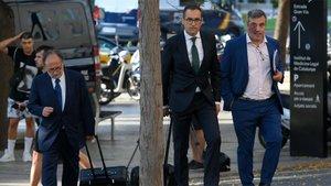 Los abogados del FC Barcelona Carles McCragh Pruja, Josep Maria Costa y Quim Torrecillas a su llegada a la Ciudad de la Justicia de Barcelona