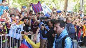 Messi fue aclamado a su llegada al hotel del Barça en Sevilla