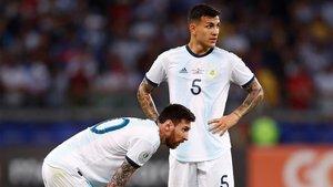 Messi y Paredes, en un partido de la selección argentina