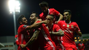 Mitroglou es felicitado por sus compañeros tras marcar el gol de la victoria