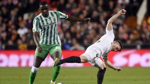 El portugués se zafa del valencianista Kevin Gameiro en el duelo copero