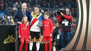 Quintero recibe el trofeo Santander Juego Limpio