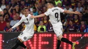Rodrigo y Gameiro celebran el segundo gol del Valencia