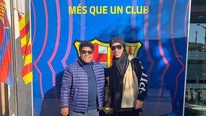 Ronaldinho, con su hermano, en las oficinas del Barça