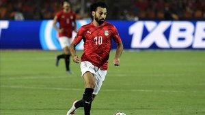 Salah conduciendo en el debut de Egipto