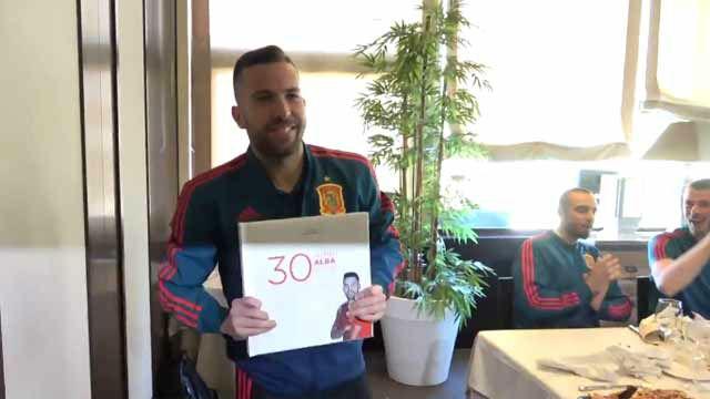 La selección felicita a Jordi Alba su cumpleaños con sorpresa incluida