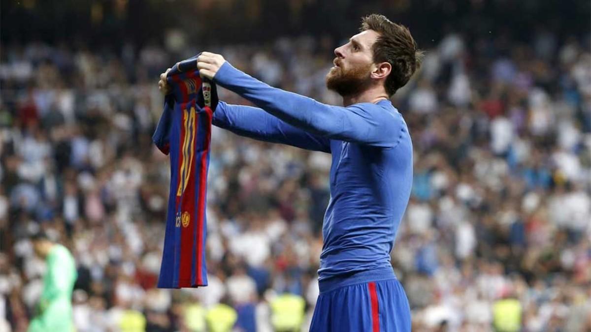 Messi celebra el 2-3 en el Bernabéu mostrando su camiseta al público merengue   Fuente: Sport
