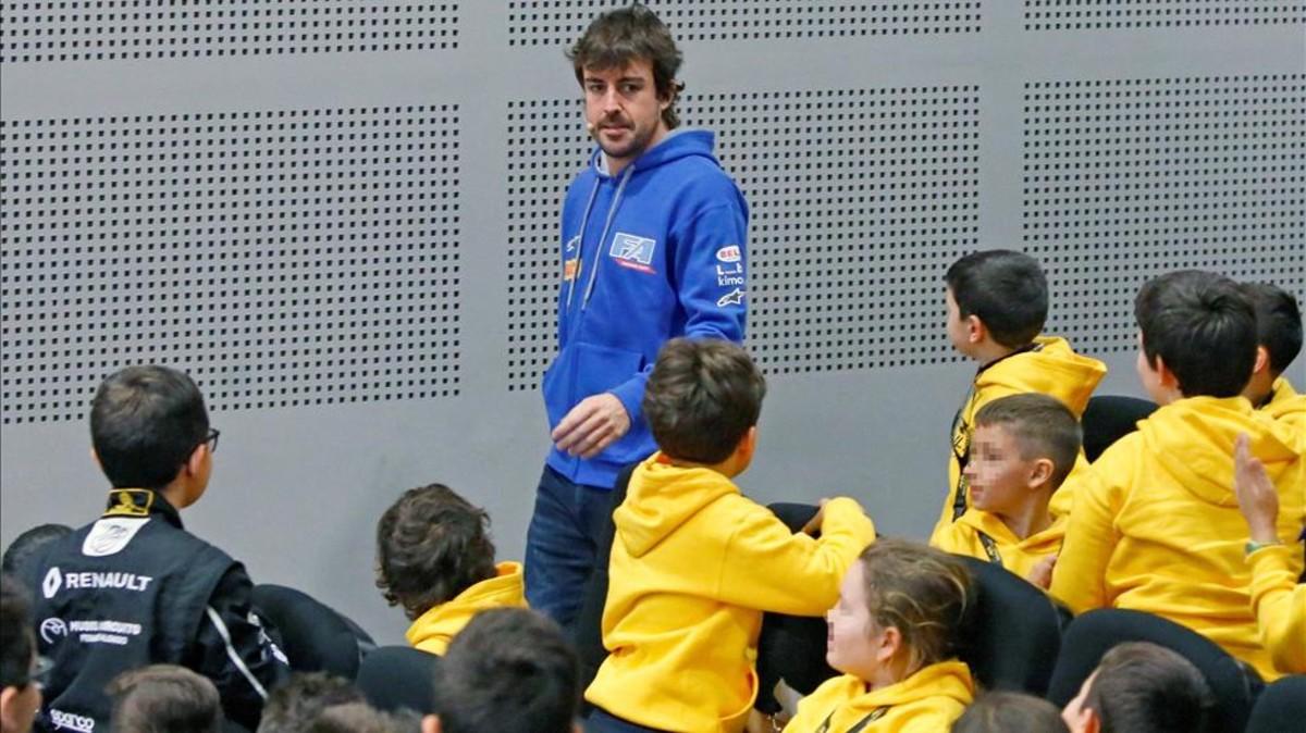 Resultado de imagen para Alonso, con los jóvenes campeones | EFE