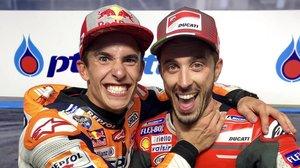 Marc Márquez (Honda) bromea con Andrea Dovizioso (Ducati), antes de subirse ambos, como ganador y segundo, al podio de Tailandia.