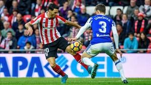 Aduriz encara a Llorente durante el derbi vasco entre Athletic y Real Sociedad