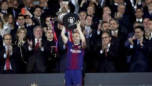 Andrés Iniesta levantó la Copa del Rey después de la victoria del FC Barcelona contra el Sevilla (0-5) en el Metropolitano