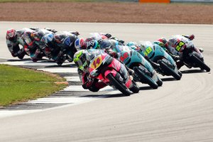 Arbolino tirando del gran grupo en una carrera de Moto3