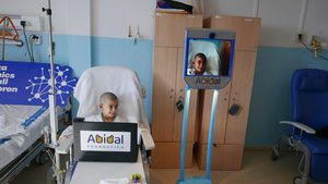 Biel y Abi22 durante su visita por el Hospital Universitario Vall dHebron de Barcelona