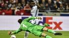 Cornet marcó el 2-1 del Lyon tras arrebatarle el balón al meta Fabri