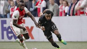 Davinson, central del Ajax, en una acción del último partido del equipo holandés, contra el Olympique de Lyon (4-1) en la Europa League