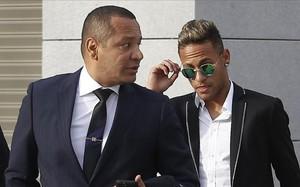 La familia Neymar sigue acosada por la justicia