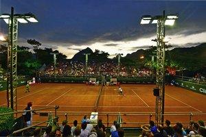 Felix Auger-Aliassime (D) devuelve la pelota a Fabio Fognini durante el partido del ATP World Tour Rio Open singles en el Jockey Club en Rio de Janeiro