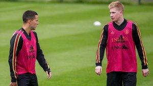 Hazard y De Bruyne conversan en la concentración belga