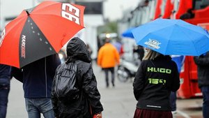 La lluvia obligó a sacar los paragüas en el circuito valenciano