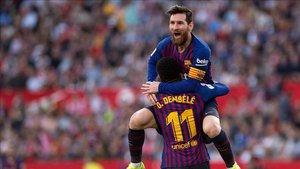 Messi celebra uno de sus goles en el Pizjuán con Dembelé