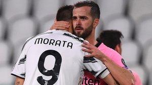 Miralem Pjanic se abraza con un desafortunado Morata a la conclusión del partido