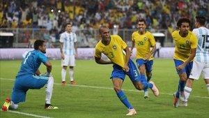Miranda celebra el gol que dio la victoria a Brasil ante Argentina
