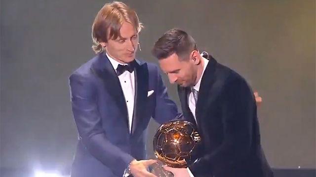 El momento en el que Modric le entregó el Balón de Oro a Messi