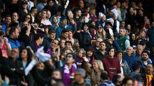 Pañolada y gritos de ¡Bartomeu dimisión! en el Camp Nou (ES)