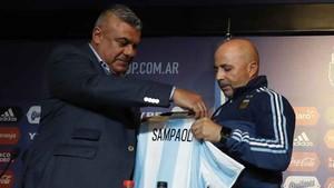 Por ahora, Tapia mantiene a Sampaoli al frente de la selección argentina