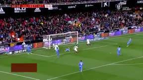 Rodrigo se convirtió en el héroe del Valencia con un hat-trick