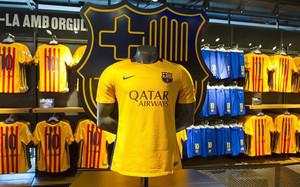 La segunda equipación del FC Barcelona 2015 16 ya está a la venta 3e9267cfeac