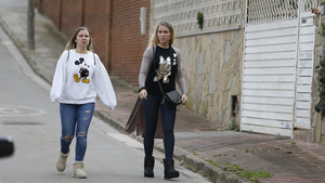 Sofía Balbi (derecha) esposa de Luis Suárez, llega al domicilio de Philippe y Aine Coutinho