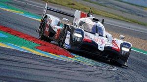 El Toyota de Alonso rodando por Le Mans