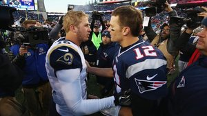 Brady y Goff se saludan al término del partido disputado entre Patriots y Rams