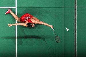 Carolina Marin, de España, realiza una devolución contra Sung Ji Hyun de Corea del Sur en su partido individual femenino en el torneo de bádminton Masters de Malasia en Kuala Lumpur.