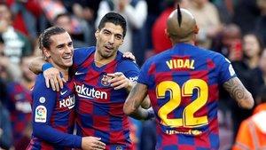 Griezmann, Luis Suárez y Arturo Vidal celebran un gol del Barça en la temporada 2020/21