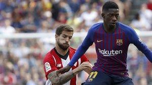 Iñigo Martínez con Ousmane Dembélé durante el Barça-Athletic Club de la Liga 2018/19