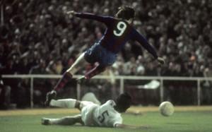 Johan Cruyff, en una acción del histórico partido del Bernabéu, saltando por encima del defensa blanco Benito
