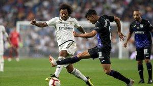 Juanfran Moreno lucha un balón con Marcelo