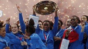 Las jugadoras francesas levantando el trofeo
