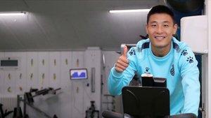 Wu Lei y todos sus compañeros realizan ejercicios en su domicilio para no perder la forma.