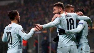 Los jugadores del Chelsea hacen piña tras el gol de Giroud