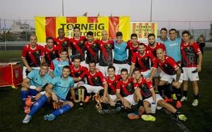 Los jugadores del CE LHospitalet celebran su primer título en el Històrics