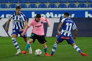 Messi regateando a dos rivales en el empate de los blaugranas en el campo del Alavés (1-1)
