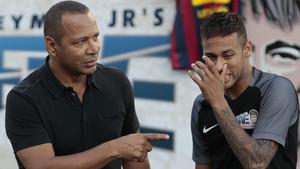 Neymar da Silva y Neymar Junior durante un acto del Instituto benéfico que lleva su nombre en el verano de 2016