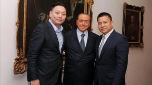 Silvio Berlusconi y Li Yonghong el día que se formalizó la venta del Milan
