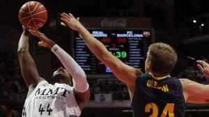 Slaughter y Olsen en un partido entre Madrid y Barça de la Liga ACB en 2013