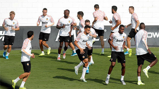 El Valencia se entrena en Paterna para afrontar su primer partido de Champions