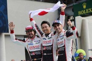 Alonso, junto a Nakajima y Buemi, sus compañeros en el Toyota #8