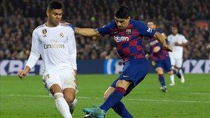 Casemiro, en la pugna de un balón con Suárez